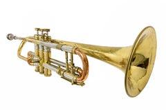 Gammal rostad trumpet med bucklor och skrapor som isoleras på vit royaltyfria foton