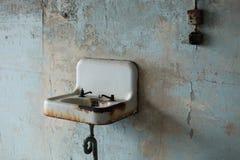 Gammal rostad vask med brutna fasta tillbehör arkivfoto