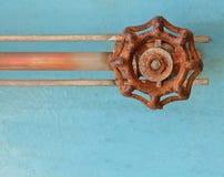 Gammal rostad ventil på blå Grungemetall Fotografering för Bildbyråer
