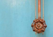 Gammal rostad ventil på blå Grungemetall Arkivbild