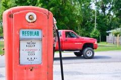 Gammal rostig amerikansk gaspump Arkivbilder
