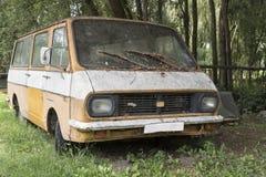 Gammal rostig bil Arkivbilder