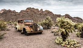 Gammal rostig bil i den Nelson Nevada spökstaden Fotografering för Bildbyråer