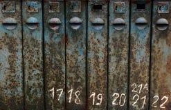 Gammal rostig brevlådatextur med nummer, grungetextur smutsrost arkivbilder