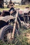Gammal rostig bruten motorcykel Arkivfoto