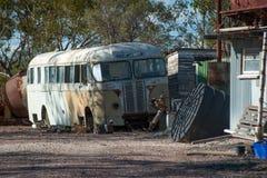 Gammal rostig buss på den blixtRidge Opal Mining staden arkivbilder