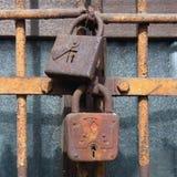 Gammal rostig closeup för dörrlås Arkivbilder