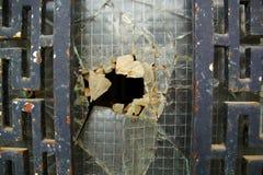 Gammal rostig dörr med det brutna exponeringsglaset royaltyfri fotografi