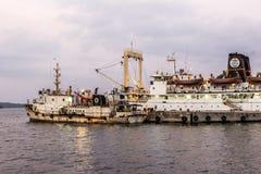 Gammal rostig för färjor operatet fortfarande från Port Blair till annat som är islan Royaltyfria Bilder