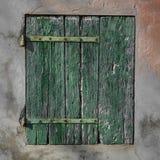 Gammal rostig grön wood slutare Arkivfoton