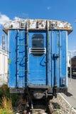 Gammal rostig järnväg vagn med en öppen dörr arkivfoto