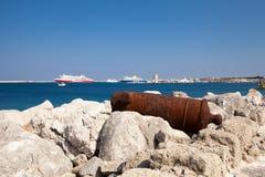 Gammal rostig kanon bredvid Santa Claus Fortress i Rhodes Fotografering för Bildbyråer