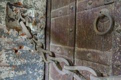 Gammal rostig kedja och massiva dörrar Royaltyfria Foton