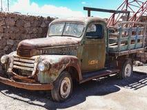 Gammal rostig lastbil i colchaniby på kanten av salar de uyun royaltyfri fotografi