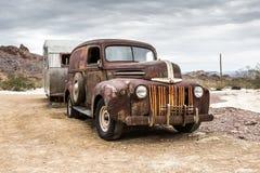 Gammal rostig lastbil i den Nelson Nevada spökstaden Arkivfoto