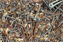 Gammal rostig metall spikar bultmuttrar och skruvar som bakgrund Royaltyfria Foton