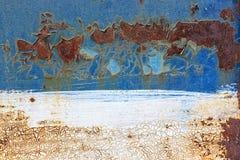 Gammal rostig metallbakgrund med blå sprucken skalning och vit p royaltyfri fotografi