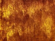 Gammal rostig metallisk yelowväggbakgrund, textur, modell Royaltyfria Bilder