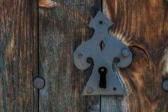 Gammal rostig metalllås och nyckelhål arkivfoton