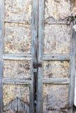 Gammal rostig metalllås och nyckelhål på en gammal rostig och wood dörr för metall som en härlig tappningbakgrund Royaltyfria Bilder
