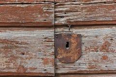 Gammal rostig metallnyckelhål på gammal brun trädörr rostig keyhole arkivfoton