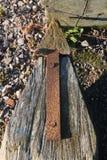 Gammal rostig pil som fästas till en trästolpe Arkivbilder