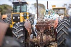 Gammal rostig samling för lantgårdtraktor Arkivfoto