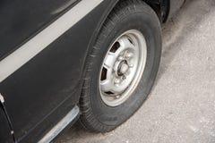 Gammal rostig skeppsbruten bil med ett punkterat gummihjul royaltyfri fotografi