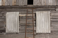 Gammal rostig stege framme av journalhuset arkivbild