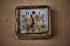 Gammal rostig stoppad klocka i övergiven fabrik Royaltyfri Bild
