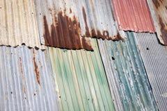 Gammal rostig textur för tak för metallark Arkivbilder