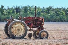 gammal rostig traktor Arkivbild