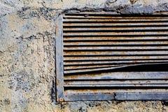 Gammal rostig ventilationsskyddsgaller Fotografering för Bildbyråer
