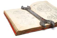 gammal rostskruvnyckel för bok Royaltyfri Bild