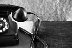 Gammal roterande telefon på tabellen Arkivbild