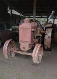 Gammal RUMELY-traktor Arkivfoto
