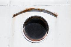 Gammal rund hyttventil på den vita skeppskrovet Royaltyfria Bilder
