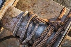 Gammal Rusty Winch With Corroded Steel kabelspole och klämmadetalj Royaltyfri Foto