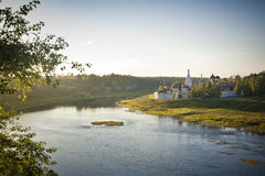 Gammal rysk kloster på Volgaet River royaltyfria bilder