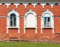 Gammal rysk vägg för röd tegelsten med fönster Fotografering för Bildbyråer