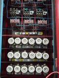 Gammal säkringsask på väggen Arkivfoto