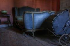 Gammal säng i en övergiven herrgård Arkivfoton