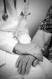 gammal s kvinna för hand Arkivbild