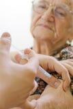 gammal s kvinna för injektion Arkivbild