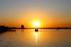 Gammal sailer piratkopierar skeppet, med sönderrivet seglar, på solnedgången arkivfoto
