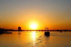 Gammal sailer piratkopierar skeppet, med sönderrivet seglar, på solnedgången arkivfoton