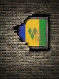 Gammal Saint Vincent och Grenadinerna flagga i tegelstenvägg stock illustrationer