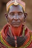 Gammal Samburu kvinna i Ngurunit, Kenya Arkivbilder