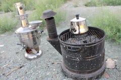 Gammal samovar, som fungerar med trä och kol, ugnen som fungerar med trä Arkivfoton