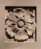 Gammal sandsten huggen blomma med laven och Spiderwebs Royaltyfri Fotografi